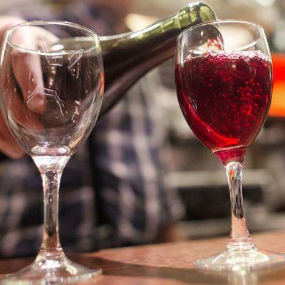 Ranskalainen baarimikko tarjoilee viiniä Pariisissa.