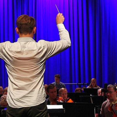 Kapellimestari Ville Matvejeffin johtaa Jyväskylä Sinfoniaa