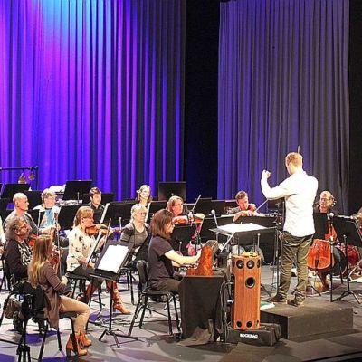 Knifonium-syntetisaattori sulautuu helposti sinfoaniaorkesterin joukkoon.