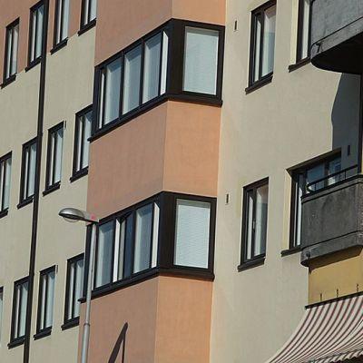 Kuvassa kerrostaloasuntojen ikkunoita