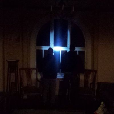 kaksi hahmoa pimeässä salissa kummitusjahdissa