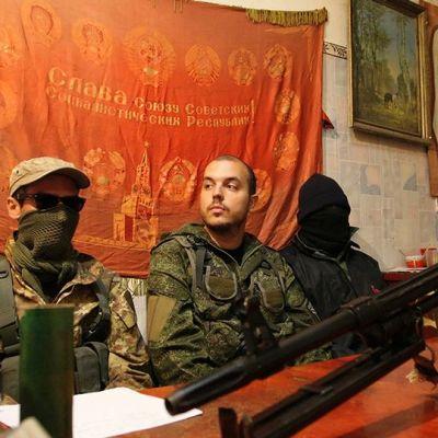 Kolme sotilaspukeista miestä joista kaksi on naamioitunut.
