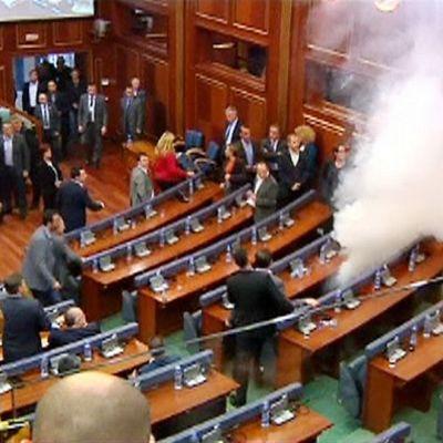 Kyynelkaasua Kosovon parlamentissa perjantaina 23. lokakuuta.
