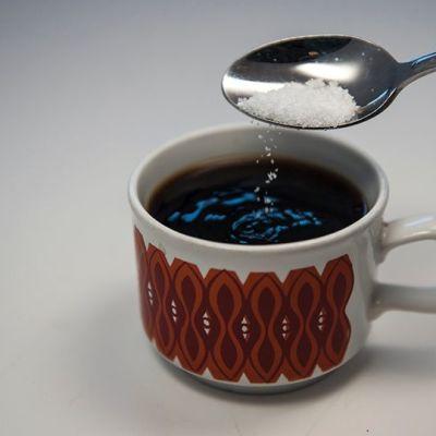 Sokeria lisätään kahviin.