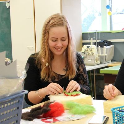 Janika ja Heta tekevät huovutustöitä Nuorisoverstaalla.