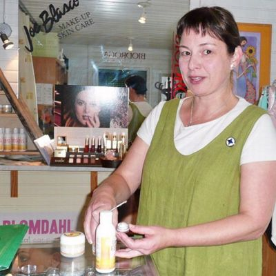 Marjo Ahlvik esittelee poronmaitovoidetta