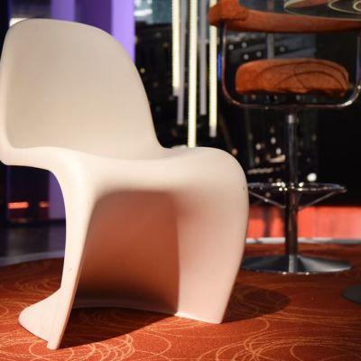 Verner Pantonin suunnittelemat Panton-tuoli.