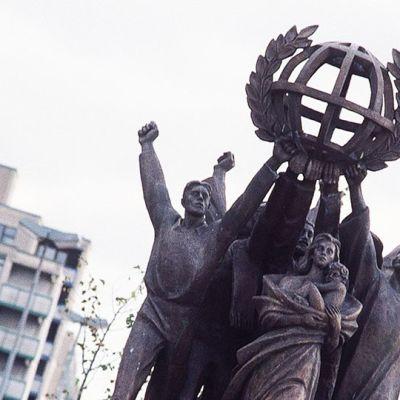 Maailman rauha -patsas Helsingin Hakaniemessä.