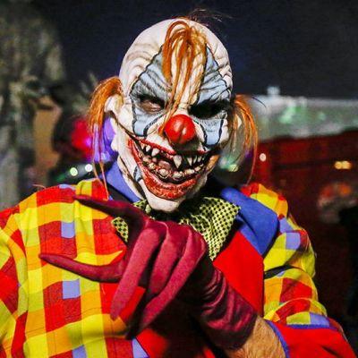 Kaksi pelottavan näköistä pelleä juhlii Halloweenia.