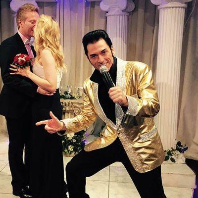 Hääpari suutelee taustalla etualalla Elvis.