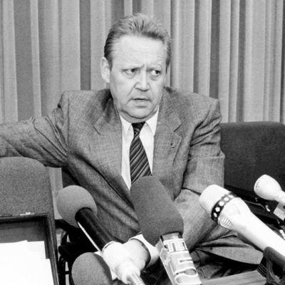 Günter Schabowski tiedotustilaisuudessa marraskuussa 1989.