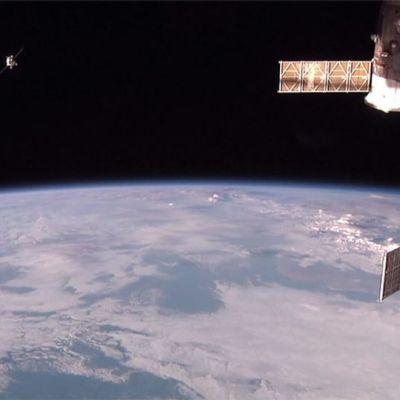 Venäläinen avaruusalus kiinnittymässä avaruusasemaan.
