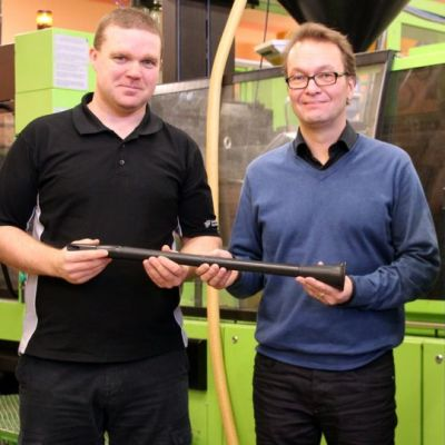 All-Plastin toimitusjohtaja Timo Vuorisalo ja Flaxwoodin toimitusjohtaja Jukka-Pekka Karppinen pitelevät klarinettia.