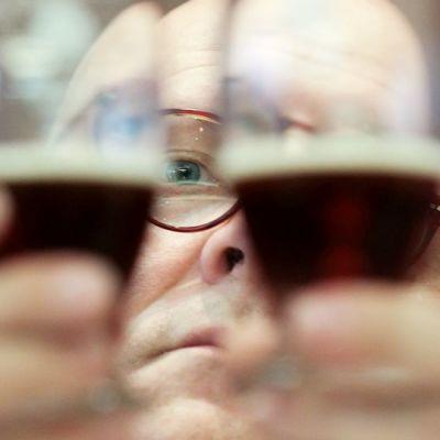 Oluen maistelija tutki erilaisia juomia olutfestivaaleilla Brysselissä .