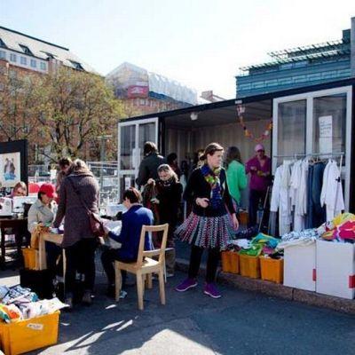 Siivouspäivän etkot Lasinpalatsin aukiolla Helsingissä.