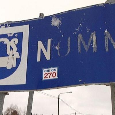 Nummi-Pusulan kunnan kyltti vanhan Turuntien varressa.