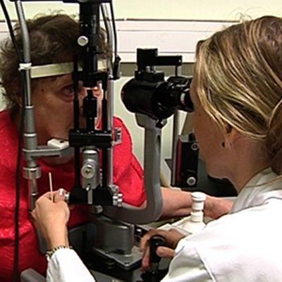 Lääkäri tutkii naisen silmiä.