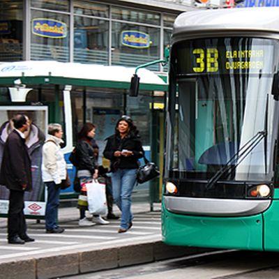 Raitiovaunu 3B pysäkillä Helsingin keskustassa