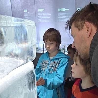 Näyttelyvieraat tutustuvat jääkuutioon.