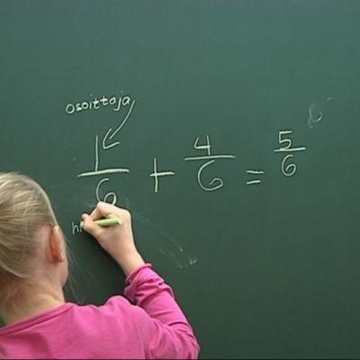 Oppilas esittelee luokalle, miten murtolukuja lasketaan yhteen.