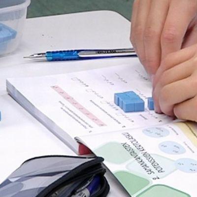Matematiikan opiskelua koululuokassa.