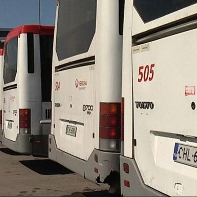 Veolian bussit rivissä Vantaan varikolla.