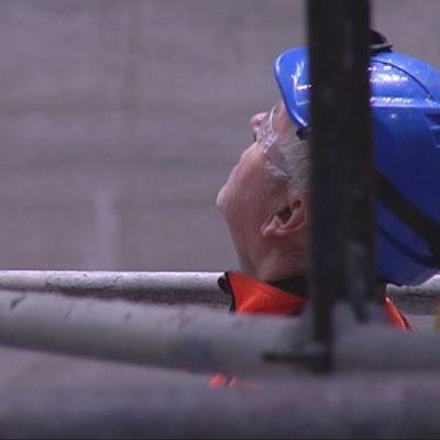 Työmies ihmettelee Vantaan jätevoimalan bunkkeria.