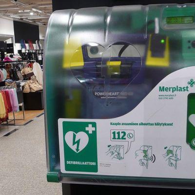 Defibrillaattori tavaratalon seinällä
