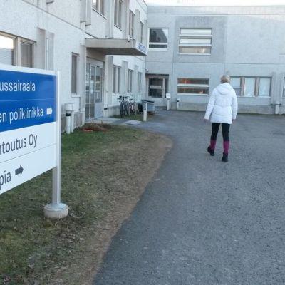 Lapin Kuntoutus Oy ja Lapin keskussairaalan toimintoja on samassa tilassa Lapin keskussairaalan vieressä.