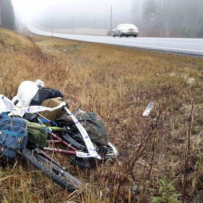 Polkupyörä on jätetty viitostien varten Mikkelin pohjoispuolella.
