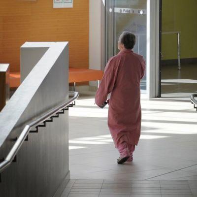 potilas sairaalan käytävällä.
