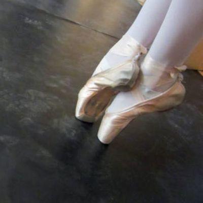 Kuvassa kahden balettitanssijan kärkivahvisteiset tossut.