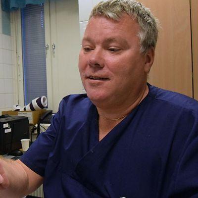 Kipsimestari Tomi Peltonen Forssan sairaalasta tarkastelee naisen kättä