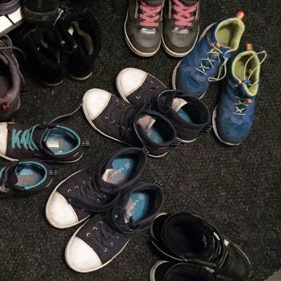 Paljon lasten ja aikuisten kenkiä eteisessä