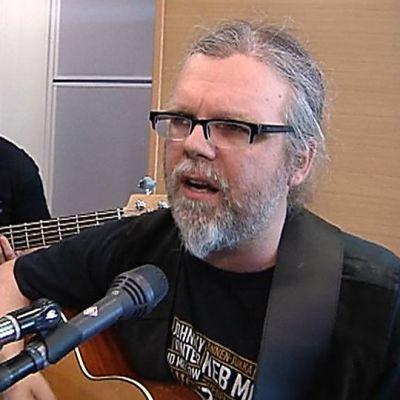 Kolera soittaa Oulu Radion studiossa suorassa lähetyksessä.