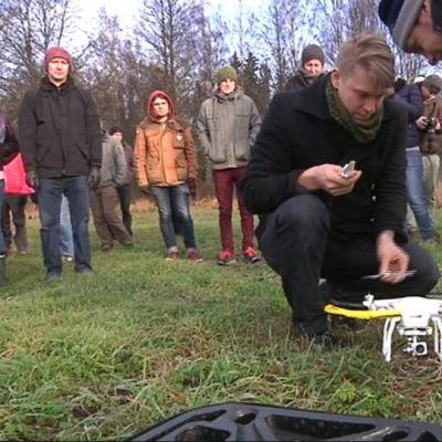 Miehet katselevat kuvauskopteria