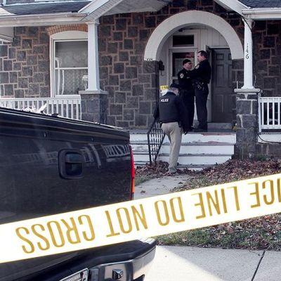 Poliisit tutkivat surmatöistä epäillyn miehen kotia Soudertonissa.