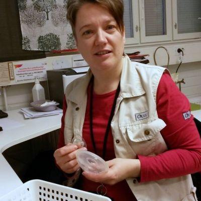 Imetyskouluttaja Piia Mettovaara esittelee äidinamaidon kerääjää työhuoneessaan.