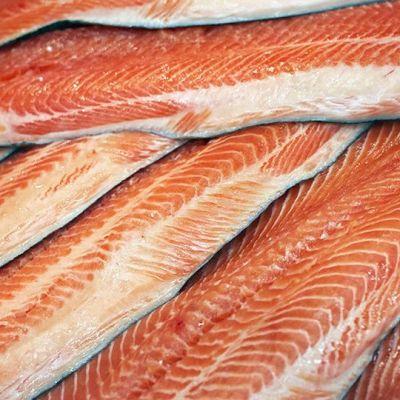 Lohifileitä kaupan kalatiskillä.