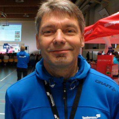 Tanhuvaaran Urheiluopiston rehtori Erkki Kauppinen keihässeminaarissa.
