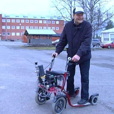 Keksijä Arto Salonen viilettää parhaimmillaan 15 kilometrin tuntivauhdilla kehittelemällään polttokennopotkupyörällä