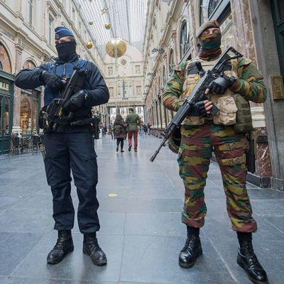 Kaksi armeijan sotilasta ja poliisi.