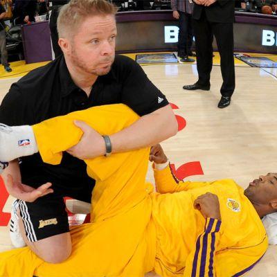 Marko Yrjövuori venyttää Kobe Bryantin jalkaa.