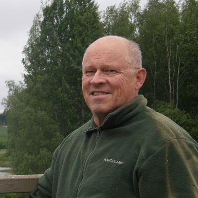 Luontoyrittäjä Jouko Alhainen Pohtiolammen Sääksikeskuksessa
