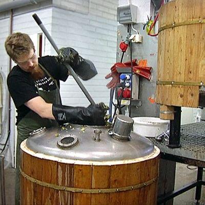 Mies sekoittaa olutta