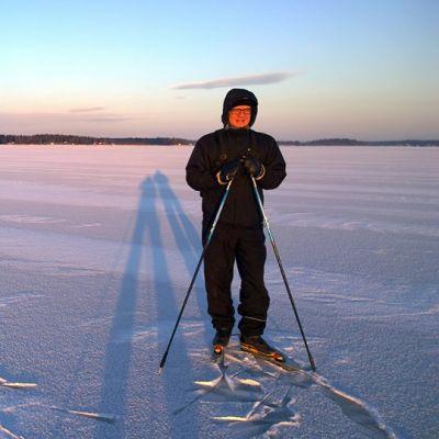 Vaasalainen Antti Stig retkiluistelemassa merellä Vaasassa.