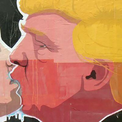 Trump ja Putin suutelevat seinämaalauksessa.