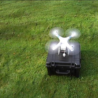 Multikopteri lähdössä lentoon maasta