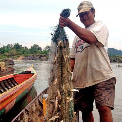 Kalastaja verkkonsa kanssa.