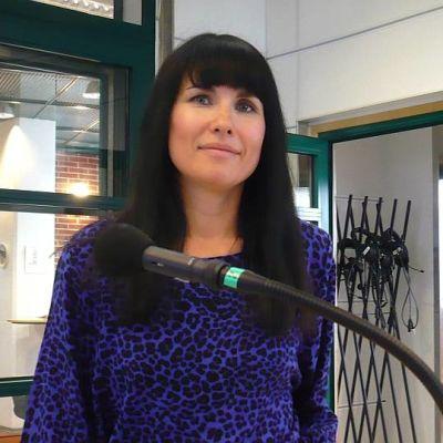 Sisu Radion toimittaja Hanna Lindberg Yle Hämeen studiossa
